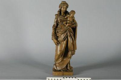 beeld van madonna met kind en bloempje in hout