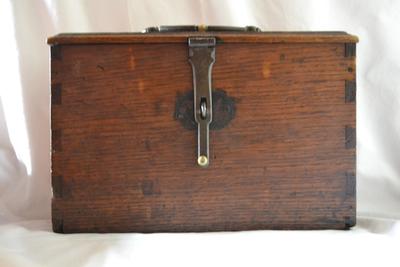 Oliestel in houten kist