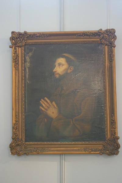 Heilige Franciscus van Assisi in gebed voor kruisbeeld