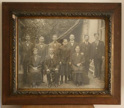 Groepsfoto van onbekende familie uit Alsemberg