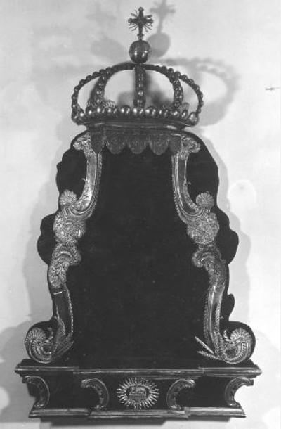 Baldakijn met onderstel, voluten, kroon en rijksappel