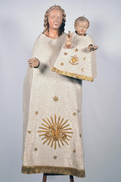 Set van witte kledij voor het beeld van Onze-Lieve-Vrouw