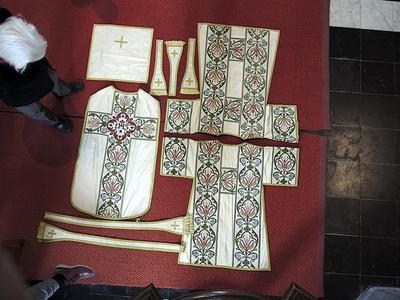 set van 2 dalmatieken, kazuifel, priesterstola, diakenstola, 3 manipels, kelkvelum