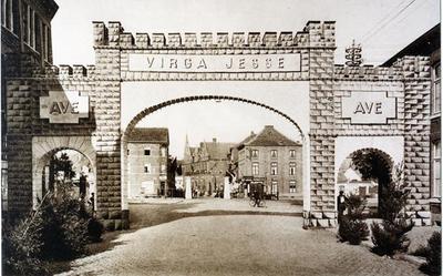 Foto: straatversiering: ark of poort, Maastrichtersteenweg (Virga Jessefeesten, Hasselt, 1933)