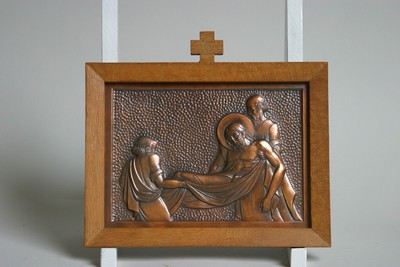 Kruisweg statie 14 : Christus wordt in het graf gelegd