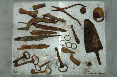 Vijf pootjes, fragmenten, van metalen grapes