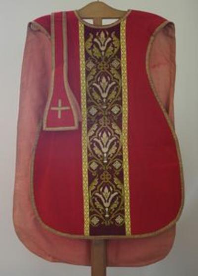 Rode kazuifel met bijhorende stola, manipel, kelkvelum en bursa