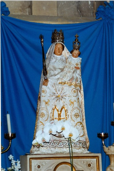 gekleed beeld Onze-Lieve-Vrouw met Jezus