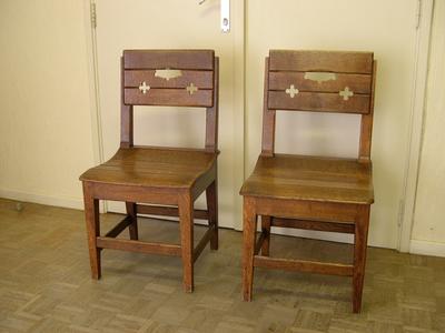 Houten stoelen, mogelijk in neogotiek
