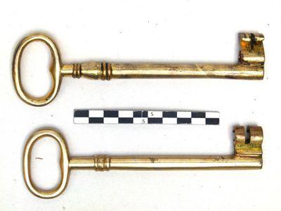 2 sleutels als inhoud van houten doos