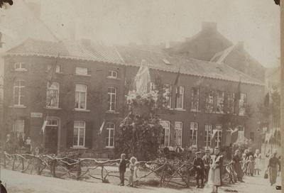 Foto: straatversiering: Onze-Lieve-Vrouw van genade, Schorsmarkt / Aardappelenmarkt (Virga Jessefeesten, Hasselt, 1898)