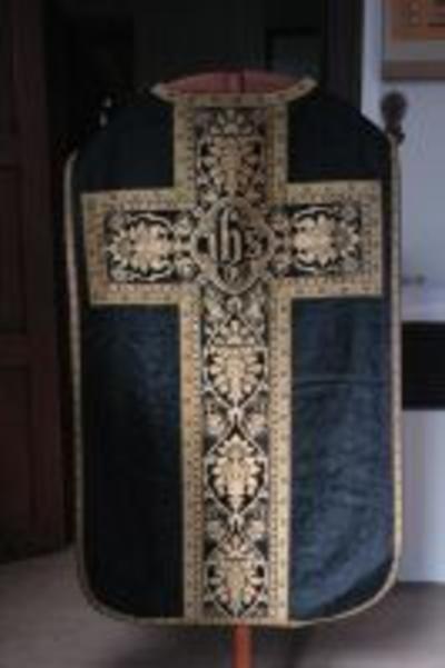 Zwart kazuifel met geborduurd IHS-medaillon