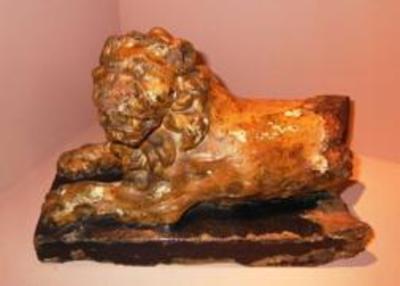 Twee liggende leeuwtjes ter versiering van de preekstoel van de Herkenrodeabdij