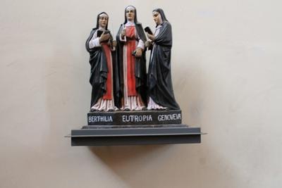 Beeld van de drie Heilige Gezusters