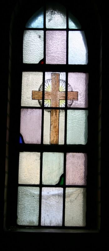kruis met doornenkroon, slang met appel in de muil, schelp waaruit het doopwater vloeit, brandende kaars