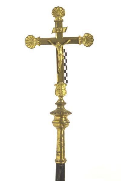 kruisbeeld voor processie inverguld geelkoper