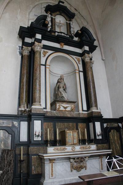 een kruisbeeld boven het van O.L.Vrouwaltaar