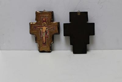 Twee iconische kruisbeelden