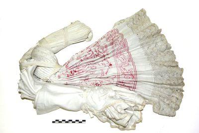 albe in wit linnen en boord in rood borduursel