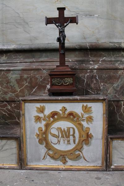 Kruisbeeld op het altaar van O.L.Vrouw van de Vrede
