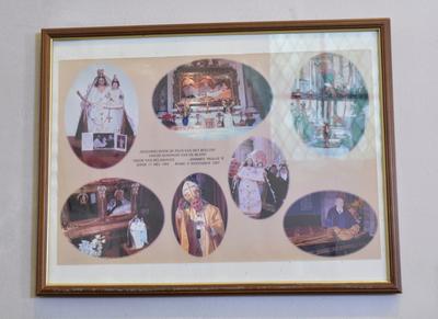 Fotocollega rond de zegening van het beeldje van OLV van Helshoven door Paus Johannes-Paulus II