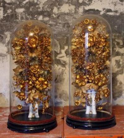 Twee vazen met kunstbloemen en bijhorende stolp