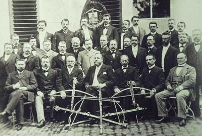 Groepsfoto van de leden van de Société des Francs Arbalétriers tijdens de viering van 25 jaar bestuurslid van Auguste Brunfaut in 1911 (Stedelijk Museum Ieper)