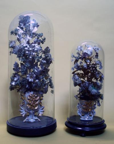 Twee altaarvazen met kunstbloemen