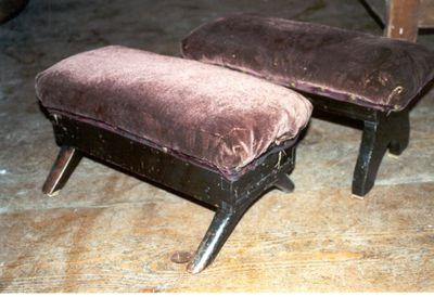 2 bankjes- knielbankjes in zwartgeverfd hout en bordeaux relieffluweel