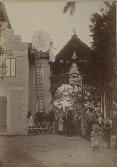 Foto: straatversiering: Het mirakel van de schaliedekker, Badderijstraat (Virga Jessefeesten, Hasselt, 1898)