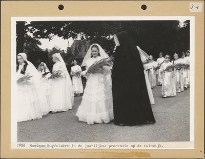 Processie - Monique Ruyffelaert (1956).