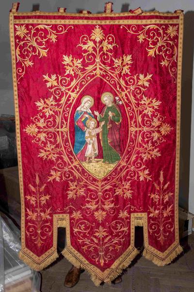 Rijk versierd processievaandel met Heilige Familie