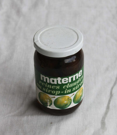 Glazen bokaal met peren opgelegd in siroop