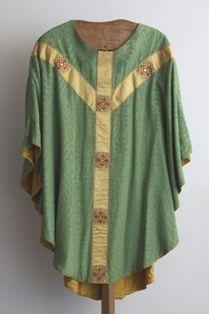 kazuifel - klokkazuifel in groene zijde, gouddraad en glasedelstenen
