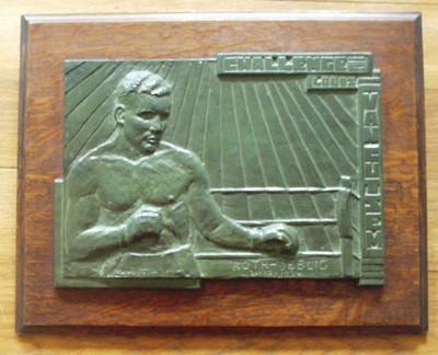 metalen plaket op hout, met afbeelding bokser 'Challenge Louis Van Cutsem' en gegraveerd 'Roth-Seelig 30.10.1934'