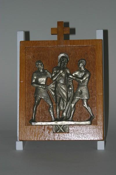 Kruisweg statie 10 : Christus wordt van zijn kleren beroofd