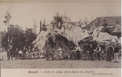Foto: straatversiering: Onze-Lieve-Vrouw van Lourdes, Luikerpoort (Virga Jessefeesten, Hasselt, 1905)