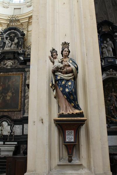 Sokkel voor het beeldhouwwerk van Onze-Lieve-Vrouw van Goede Uitkomst.