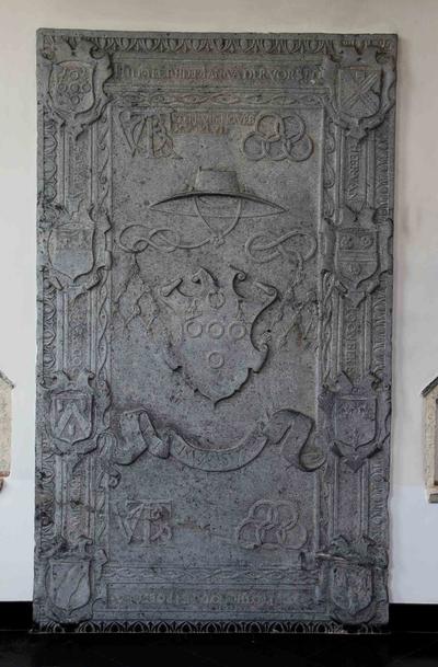 Monumentale arduinen grafsteen van Jan Van der Vorst uit 1546 met wapenschild