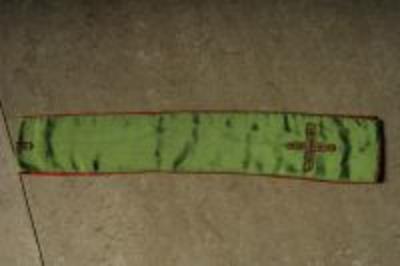 Groen manipel met goudgeborduurd kruis