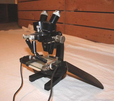 Microscoop met bovenbelichting om dingen te bestuderen die niet zichtbaar zijn met het blote oog.