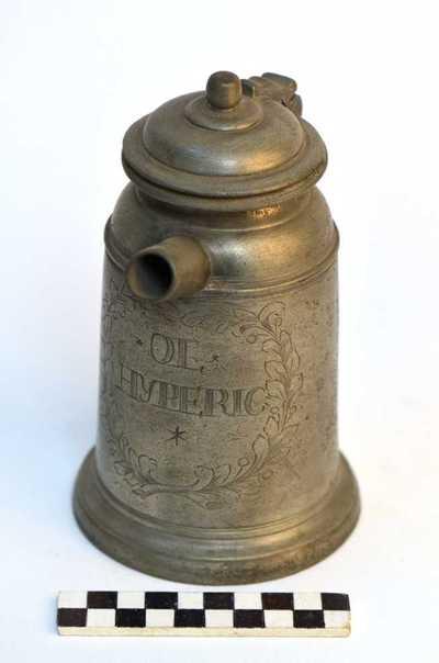 tinnen pot met deksel en teut voor o.a. olie en siroop; *OL*HYPERIC en SYRUP ALTHÆÆ