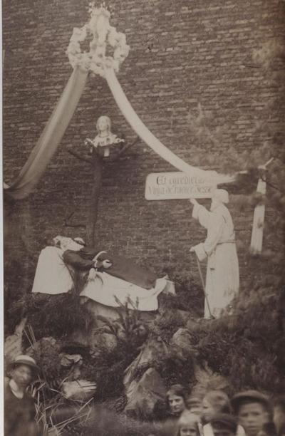 Foto: straatversiering: De roede van Jesse, Zuivelmarkt (Virga Jessefeesten, Hasselt, 1912)