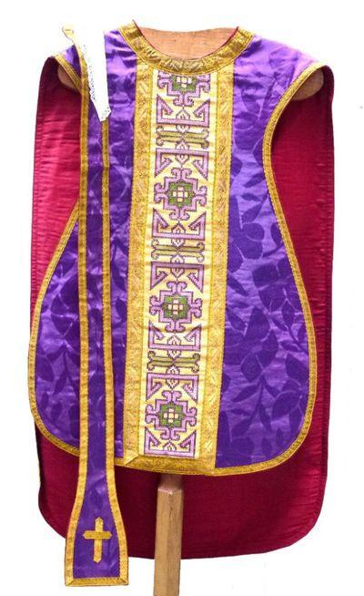 kazuifel in purperen zijde (?), goudgalon, borduursel