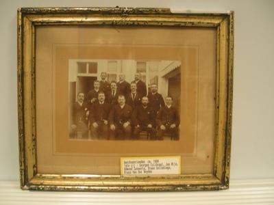 Portret van het bestuur van de Bacchusvrienden bij de viering van het 25jarig bestaan.