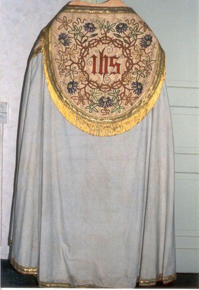 koorkap in ecru zijde, borduursel, zalmkleurige zijde, goudgalon en - draad, rood fluweel