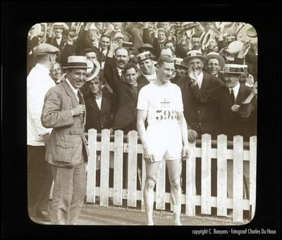 Hill een grote Engelse loper haalt een dubbeloverwinning op de 800 meter (1min 53 sec 2/5) en de 1500 meter (4 min 1sec 1/5). De Engelsen zijn zeer tevreden met de dubbeloverwinning van hun landgenoot Hill