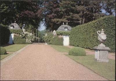 Kasteel Hex. Zicht op de Franse tuin Château de Hex. Vue du jardin français