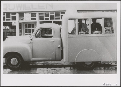 Victor Simoni in zijn ijswagen (1952).