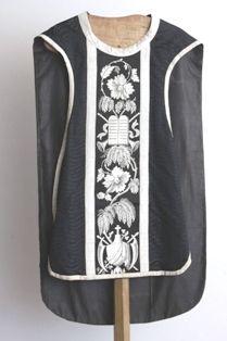1 kazuifel in zwarte damast met golvend reliëf en zilverkleurig borduursel